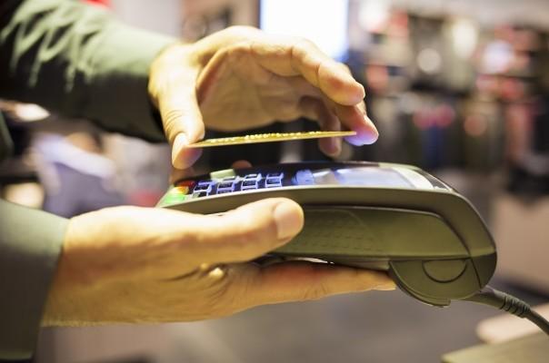 Placení menších částek bezkontaktní kartou je nejrychlejší (nezadává se PIN)