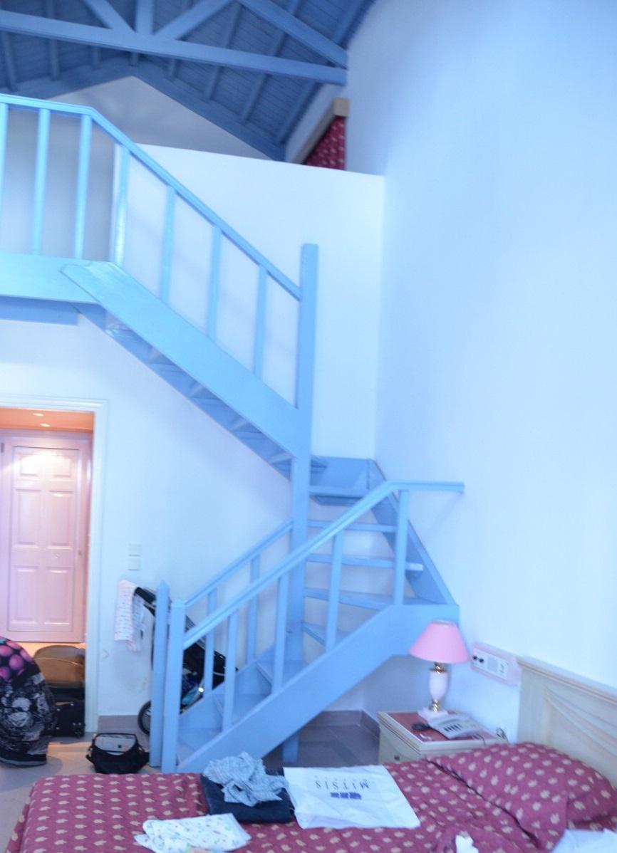 V tomto bungalovu jsme trávili první noc, je hezký, ale pro naše potřeby (malé děti) nevyhovující, z těchto schodů by se asi náš malý průzkumník dříve nebo později skutálel dolů.
