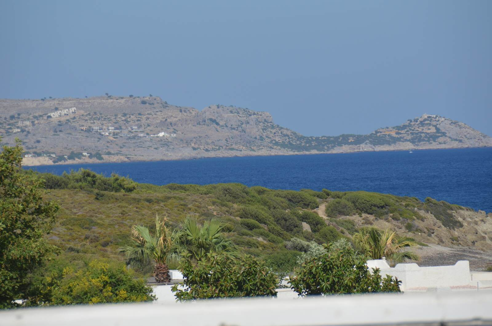 Výhled z pokoje (na druhou stranu od hotelu), skály, hezky modré moře, klid a pohoda.