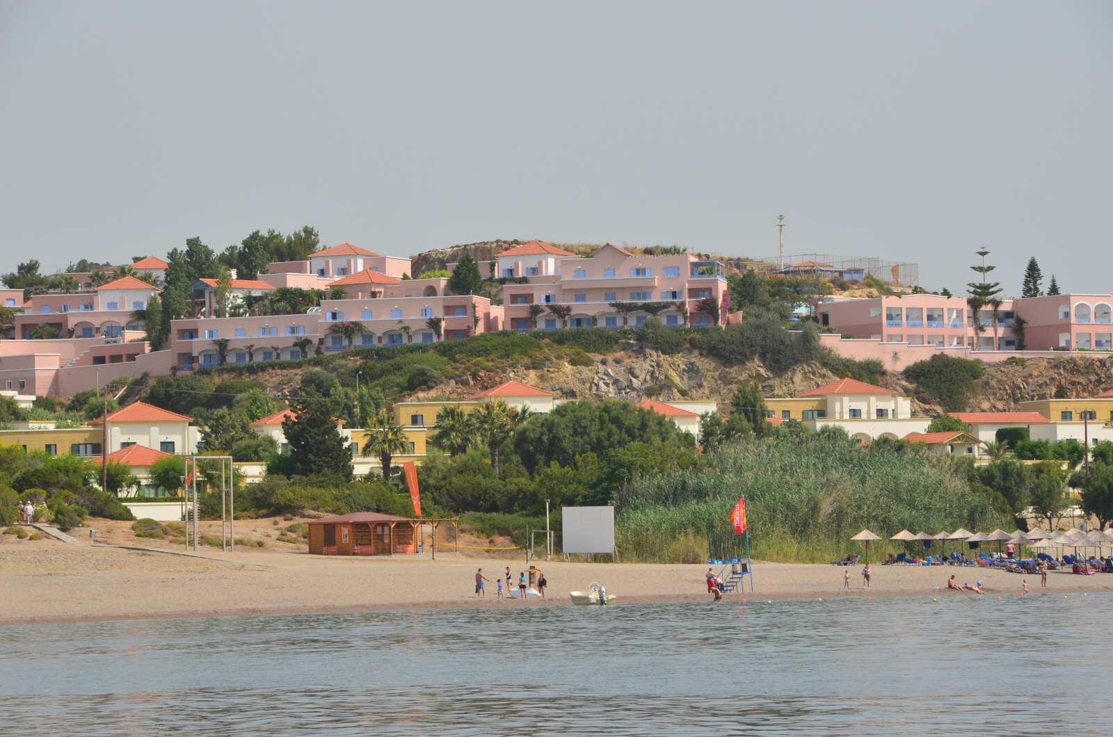 Pohled na hotel Mitsis Rodos Village od moře – je vidět že hotel se rozkládá na poměrně velké ploše.