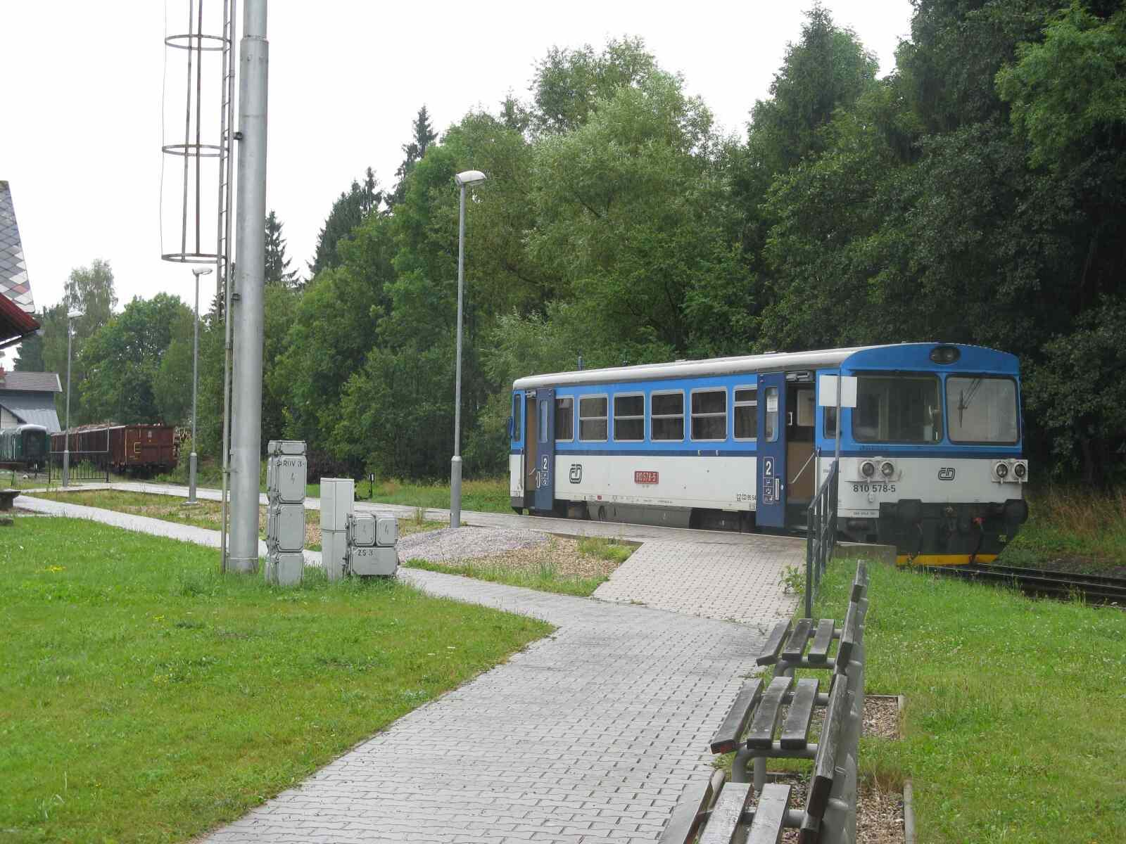 Fotka 2: A tady ještě pohled na vláček, který mě vezl posledních pár kilometrů ze stanice Doudleby nad Orlicí.