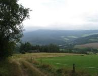 Foto 10: Foceno z kopce nad Mladkovem, ten kopec na druhé straně údolí = tam bych se měl do večera dostat, vzhledem k tomu že v tu chvíli jsem měl v nohách už přes 20 kilometrů tak to nebyla úplně lákavá vyhlídka :)