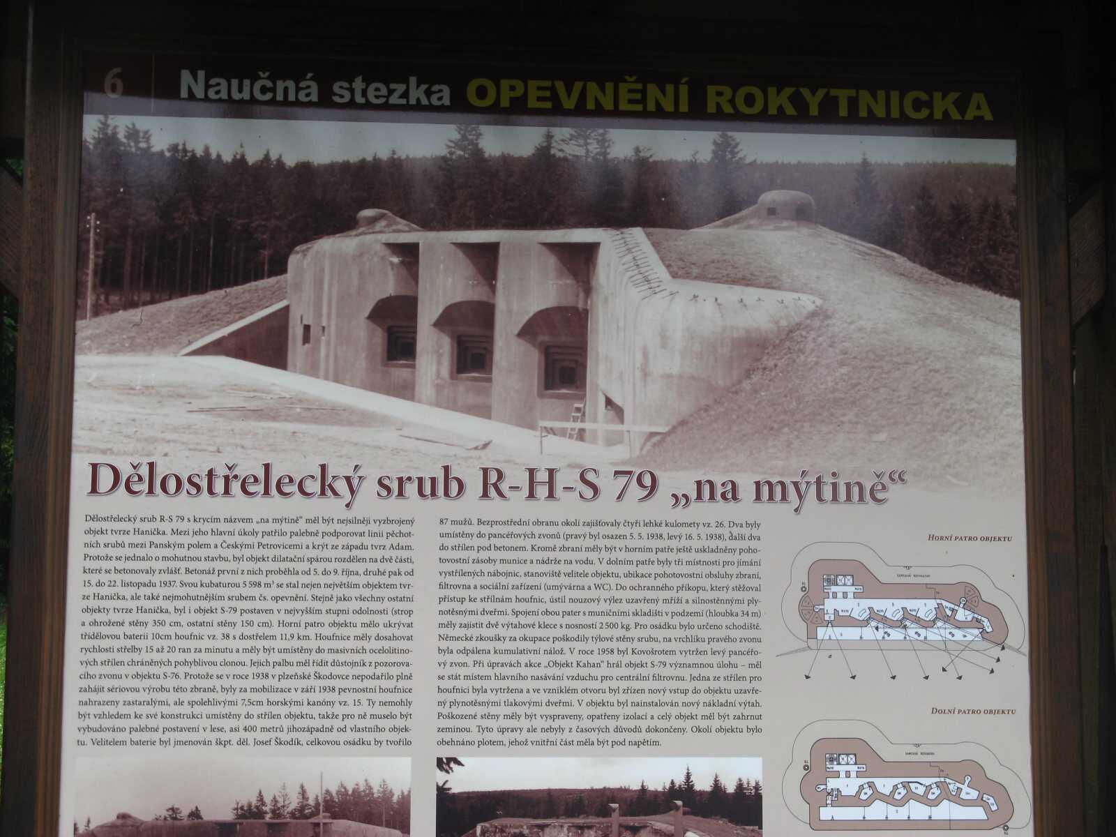 """Dělostřelecký srub R-S-H 79 """"Na mýtině"""" - součást tvrze Hanička, budovaný jako součást těžkého opevnění na hranici s nacistickým Německem - dobová fotka, na informační ceduli."""