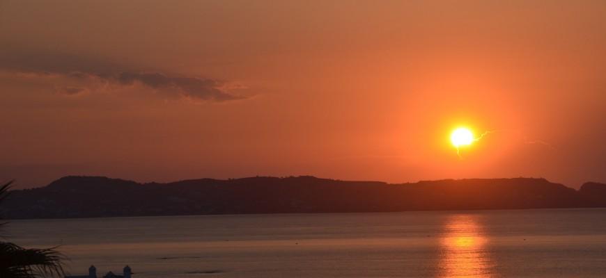 Foto 1: Západ slunce nad mořem na dovolené v Řecku – ostrov Rhodos. Mít tenhle výhled doma, tak jsem spokojený :)