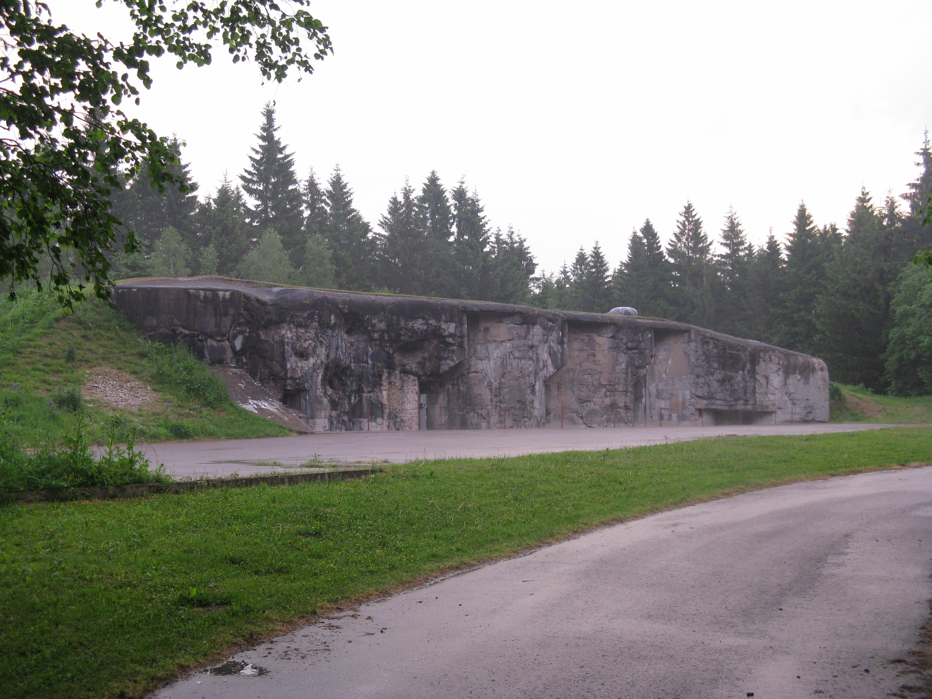 """Foto 6: Kolem osmé hodiny večer jsem se procházel kolem několika objektů dělostřelecké tvrze Hanička, zde konkrétně dělostřelecký srub R-S 79, všude pusto, prázdno, jen majestátní """"kusy"""" železobetonu"""