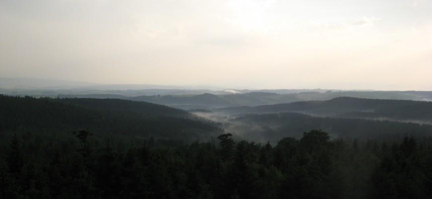 Nahoře na kopci je to pořád stejně krásné, vylezl jsem si na rozhlednu na Anenském vrchu (992 m.) a užíval si krásný rozhled na Česko i Polsko.