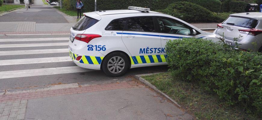 Řidič nesmí zastavit a stát na přechodu pro chodce nebo na přejezdu pro cyklisty a ve vzdálenosti kratší než 5 m před nimi,