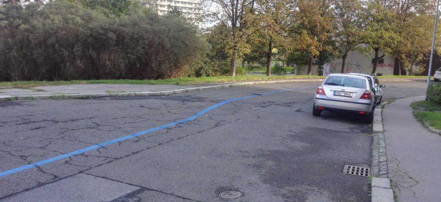 Nedávno byly na Praze 10 zavedeny modré parkovací zóny. Jejich fyzické vyznačení na silnici, je místy nelogické a krkolomné. Možnost zřídit si parkovací kartu, když náhodou nemáte trvalé bydliště na P 10, nebo je auto psané na někoho jiného je také dost krkolomná.