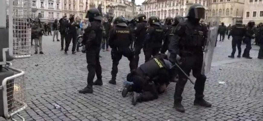 Demonstrace proti nošení roušek a dalším vládním opatřením skončila, tak jak dalo čekat. Vzduchem létaly dlažební kostky, musela zasahovat policie. Přemýšlím nad bezohledností (nebo absencí většiny mozku) u účastníků této demonstrace.
